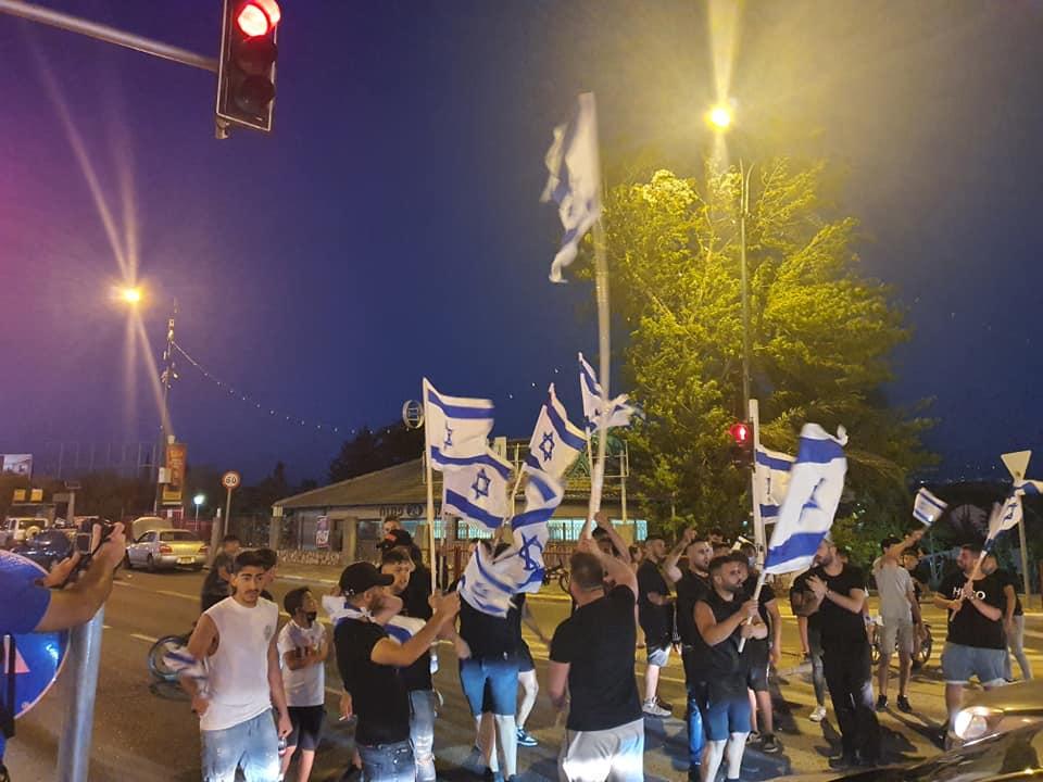 דגלים וצפירות כאקט הזדהות