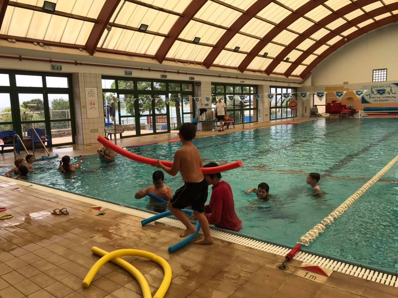 לומדים לשחות במסגרת בית הספר